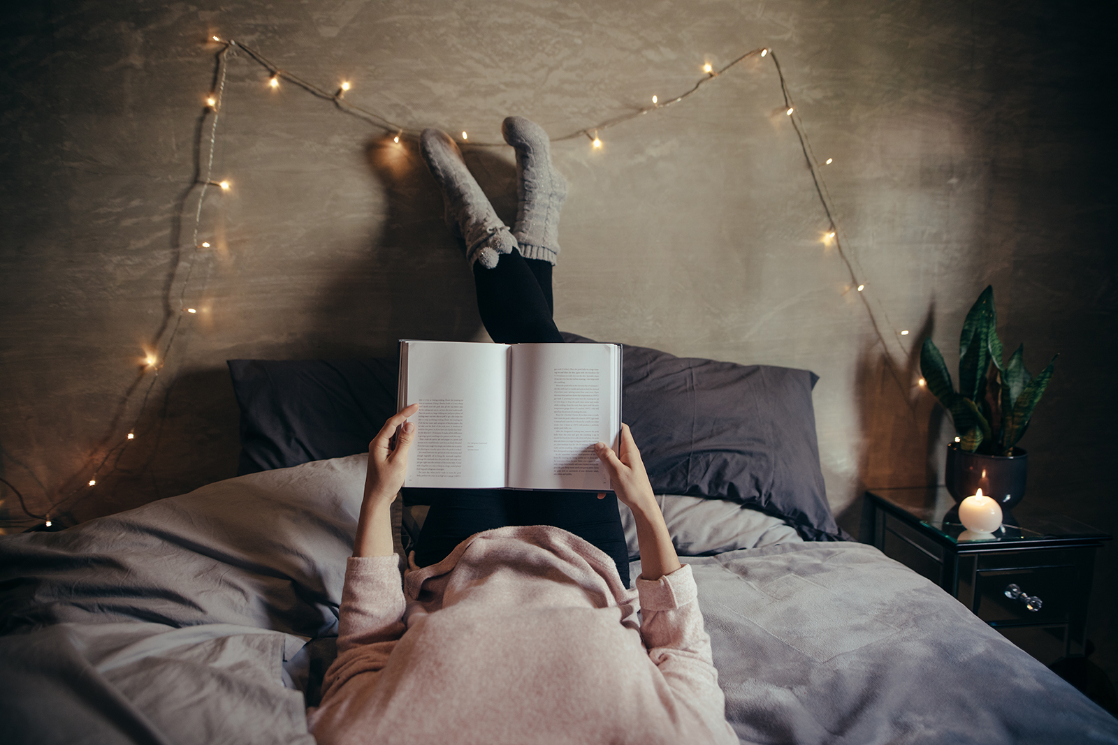 Reading_on_bed