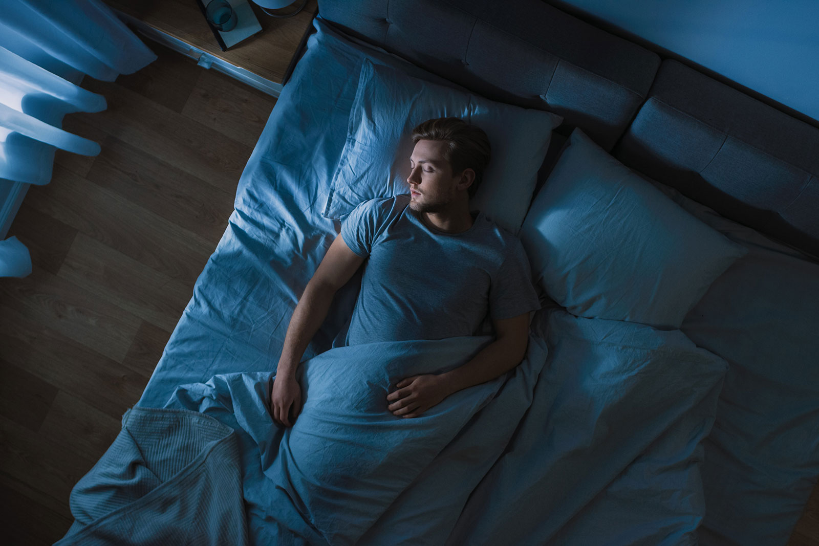 man-sleeping-in-bed